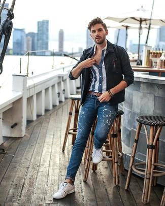 Как и с чем носить: темно-синяя куртка-рубашка, темно-сине-белая рубашка с коротким рукавом в вертикальную полоску, синие джинсы с принтом, белые низкие кеды