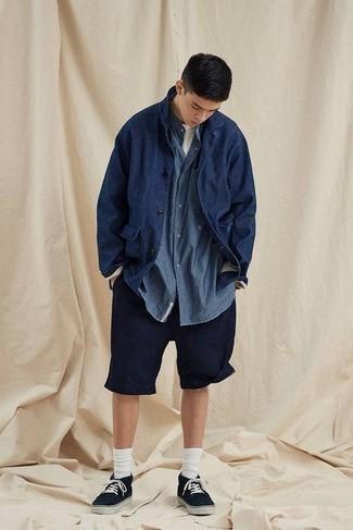 С чем носить темно-синюю куртку-рубашку мужчине: Темно-синяя куртка-рубашка и темно-синие шорты — классный вариант для простого, но модного мужского ансамбля. Любители незаезженных сочетаний могут завершить образ черными низкими кедами из плотной ткани.