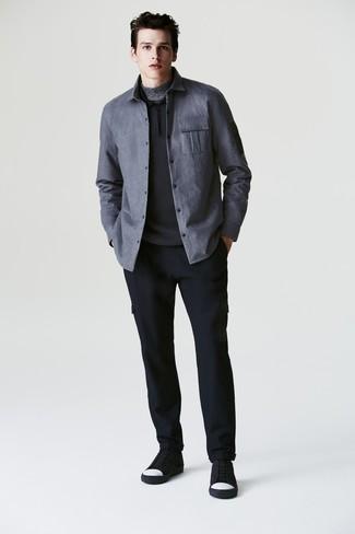 Как и с чем носить: серая куртка-рубашка, черный свитер с воротником поло, серая водолазка, темно-синие шерстяные брюки карго