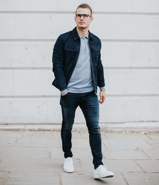 Как и с чем носить: темно-синяя замшевая куртка-рубашка, голубой свитер с воротником поло, темно-синие зауженные джинсы, белые низкие кеды