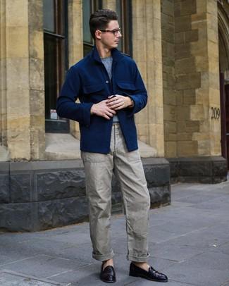 Как и с чем носить: темно-синяя шерстяная куртка-рубашка, голубой свитер с круглым вырезом, серые брюки карго, темно-пурпурные кожаные лоферы