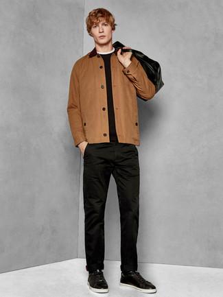 Как и с чем носить: коричневая куртка-рубашка, черный свитер с круглым вырезом, черные брюки чинос, черные кожаные низкие кеды