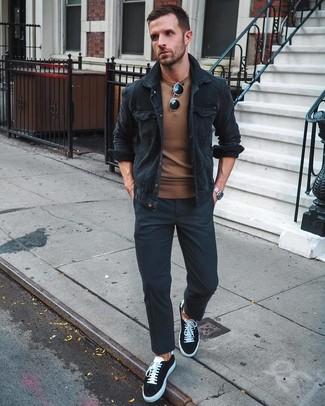 Как и с чем носить: черная вельветовая куртка-рубашка, коричневый свитер с круглым вырезом, черные брюки чинос, черно-белые низкие кеды из плотной ткани