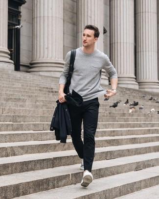Как и с чем носить: черная куртка-рубашка, серый свитер с круглым вырезом, черные брюки чинос, серые низкие кеды