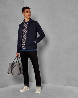 Как и с чем носить: темно-синяя шерстяная куртка-рубашка, темно-бирюзовый свитер с круглым вырезом с принтом, черные брюки чинос, бежевые кожаные низкие кеды