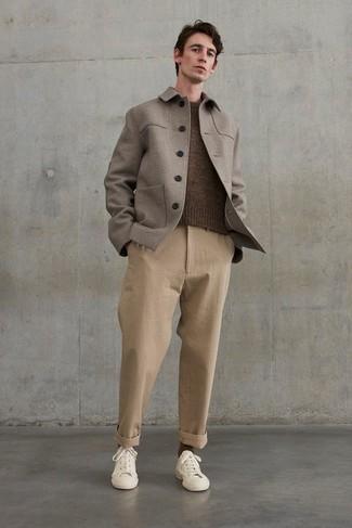 С чем носить коричневый свитер с круглым вырезом мужчине: Комбо из коричневого свитера с круглым вырезом и светло-коричневых брюк чинос позволит составить модный мужской лук. Бежевые низкие кеды из плотной ткани помогут сделать лук не таким строгим.