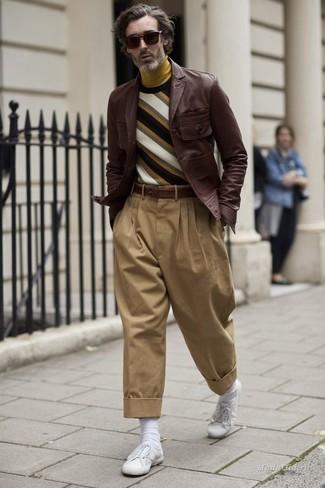 Как и с чем носить: темно-коричневая кожаная куртка-рубашка, разноцветный свитер с круглым вырезом в горизонтальную полоску, горчичная водолазка, светло-коричневые брюки чинос