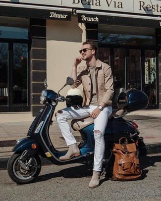 Как и с чем носить: светло-коричневая куртка-рубашка, бежевый свитер с круглым вырезом, белые рваные джинсы, серые замшевые ботинки челси
