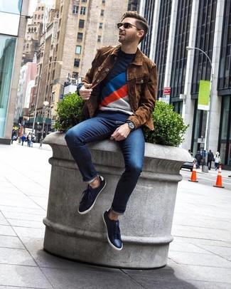 Как и с чем носить: коричневая замшевая куртка-рубашка, темно-синий свитер с круглым вырезом с принтом, темно-синие джинсы, темно-синие кожаные низкие кеды
