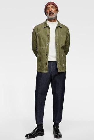 Темно-синие джинсы: с чем носить и как сочетать мужчине: Оливковая куртка-рубашка и темно-синие джинсы — хороший вариант для вечера в кругу друзей. Любишь эксперименты? Закончи лук черными кожаными туфлями дерби.