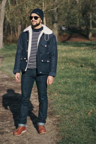 Мужские луки: Поклонникам расслабленного стиля будет по душе дуэт темно-синей куртки-рубашки и темно-синих джинсов. Коричневые кожаные повседневные ботинки — великолепный вариант, чтобы дополнить ансамбль.