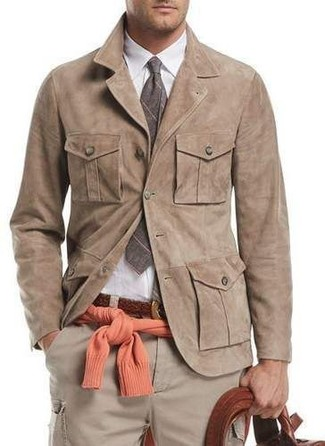 Как и с чем носить: светло-коричневая замшевая куртка-рубашка, оранжевый свитер с круглым вырезом, белая классическая рубашка, бежевые брюки карго