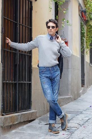 Голубая классическая рубашка: с чем носить и как сочетать мужчине: Дуэт голубой классической рубашки и синих джинсов с принтом поможет выглядеть аккуратно, а также выразить твою индивидуальность. Ты сможешь легко адаптировать такой лук к повседневным делам, надев темно-серыми кожаными рабочими ботинками.