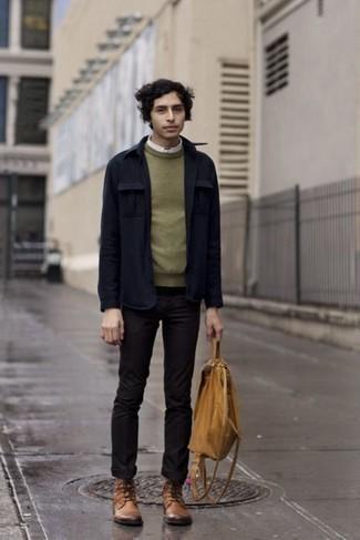 Темно-синяя куртка-рубашка: с чем носить и как сочетать мужчине: Составив лук из темно-синей куртки-рубашки и черных брюк чинос, можно получить подходящий мужской лук для неофициальных мероприятий после работы. В паре с этим луком органично будут смотреться светло-коричневые кожаные повседневные ботинки.