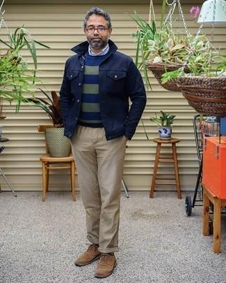 С чем носить темно-синюю куртку-рубашку мужчине: Если ты принадлежишь к той немногочисленной группе джентльменов, неплохо разбирающихся в моде, тебе придется по вкусу лук из темно-синей куртки-рубашки и бежевых брюк чинос. Хочешь сделать ансамбль немного строже? Тогда в качестве дополнения к этому образу, выбери коричневые замшевые туфли дерби.