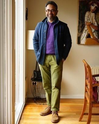 С чем носить темно-синюю куртку-рубашку мужчине: Хочешь выглядеть престижно? Тогда тандем темно-синей куртки-рубашки и оливковых брюк чинос придется тебе по душе. В сочетании с этим ансамблем выигрышно будут смотреться светло-коричневые замшевые ботинки дезерты.