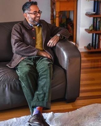 С чем носить фиолетовые носки с ромбами мужчине: Если ты ценишь комфорт и функциональность, темно-коричневая шерстяная куртка-рубашка и фиолетовые носки с ромбами — классный выбор для модного мужского образа на каждый день. Если ты любишь соединять в своих ансамблях разные стили, из обуви можешь надеть темно-коричневые кожаные туфли дерби.