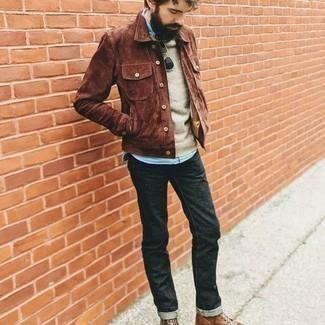 С чем носить голубую рубашку с длинным рукавом из шамбре мужчине: Голубая рубашка с длинным рукавом из шамбре и темно-серые джинсы вне всякого сомнения украсят гардероб любого джентльмена. Думаешь привнести в этот лук толику строгости? Тогда в качестве дополнения к этому ансамблю, обрати внимание на коричневые кожаные повседневные ботинки.
