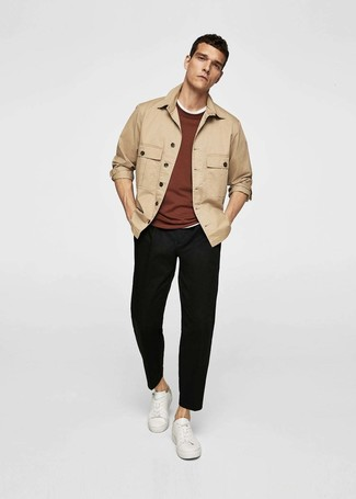 Как и с чем носить: светло-коричневая куртка-рубашка, коричневый свитер с круглым вырезом, белая футболка с круглым вырезом, черные брюки чинос