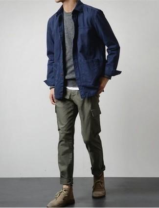 С чем носить коричневые замшевые ботинки дезерты: Для похода в кино или кафе отлично подойдет ансамбль из темно-синей куртки-рубашки и оливковых брюк карго. Вкупе с этим образом органично будут смотреться коричневые замшевые ботинки дезерты.