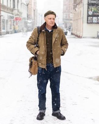 Мужские луки: Светло-коричневая куртка-рубашка и темно-синие джинсы — обязательные составляющие в гардеробе джентльменов с превосходным вкусом в одежде. Весьма недурно здесь будут смотреться черные кожаные повседневные ботинки.