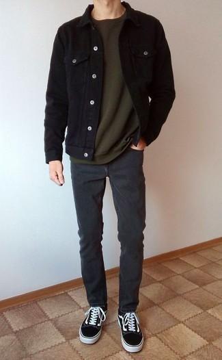 Черная вельветовая куртка-рубашка: с чем носить и как сочетать мужчине: Черная вельветовая куртка-рубашка и темно-серые брюки чинос — вариант, который будет неизменно притягивать дамские взоры. Дерзкие молодые люди дополнят лук черно-белыми низкими кедами из плотной ткани.