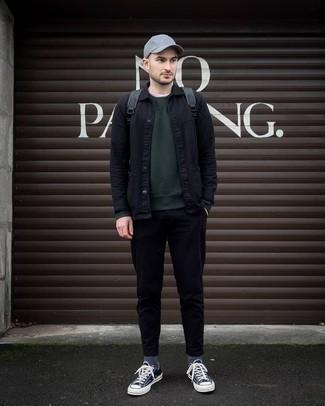 С чем носить темно-зеленый свитшот мужчине: Составив ансамбль из темно-зеленого свитшота и черных брюк чинос, можно с уверенностью отправляться на свидание с возлюбленной или мероприятие с друзьями в непринужденной обстановке. Что до обуви, темно-сине-белые низкие кеды из плотной ткани — наиболее целесообразный вариант.