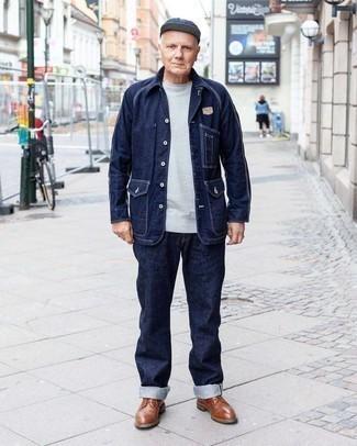 Мужские луки: Темно-синяя джинсовая куртка-рубашка и темно-синие джинсы — подходящее тандем и для вечерних вылазок с друзьями, и для дневных поездок на выходных. Думаешь привнести сюда толику строгости? Тогда в качестве дополнения к этому ансамблю, выбери коричневые кожаные туфли дерби.