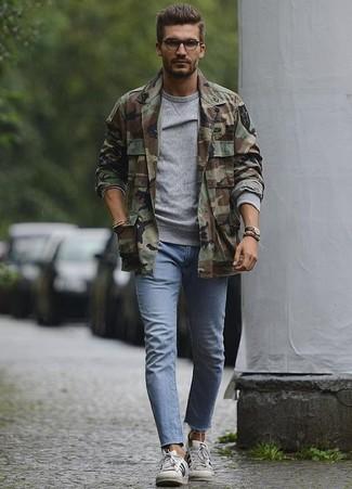 Как и с чем носить: оливковая куртка-рубашка с камуфляжным принтом, серый свитшот, голубые зауженные джинсы, белые кожаные низкие кеды