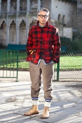 С чем носить коричневые брюки чинос: Красно-черная фланелевая куртка-рубашка в клетку и коричневые брюки чинос надежно обосновались в гардеробе многих джентльменов, позволяя составлять потрясающие и практичные ансамбли. Думаешь добавить сюда немного классики? Тогда в качестве дополнения к этому образу, стоит обратить внимание на светло-коричневые кожаные ботинки броги.