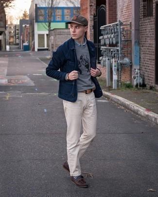 С чем носить серые носки с жаккардовым узором мужчине: Если у тебя запланирован сумасшедший день, сочетание темно-синей куртки-рубашки и серых носков с жаккардовым узором поможет создать комфортный образ в стиле кэжуал. Думаешь привнести сюда нотку классики? Тогда в качестве обуви к этому образу, стоит выбрать темно-коричневые кожаные топсайдеры.