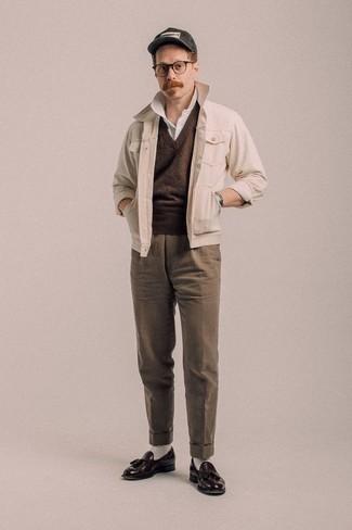 Белые носки: с чем носить и как сочетать мужчине: Если ты делаешь ставку на удобство и функциональность, бежевая куртка-рубашка и белые носки — прекрасный выбор для модного повседневного мужского лука. Уравновесить лук и добавить в него толику классики позволят темно-коричневые кожаные лоферы с кисточками.