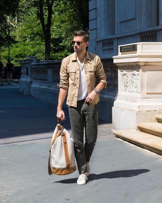 Как и с чем носить: светло-коричневая куртка-рубашка, белая футболка на пуговицах, темно-серые брюки чинос, белые низкие кеды