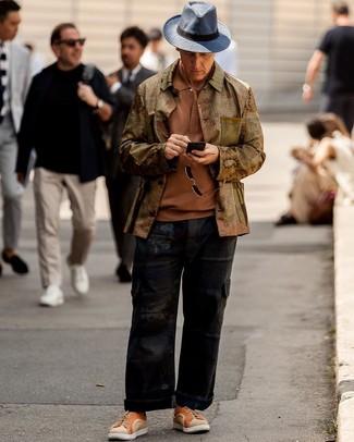 Как и с чем носить: оливковая куртка-рубашка, табачная футболка-поло, черные брюки карго, оранжевые низкие кеды из плотной ткани