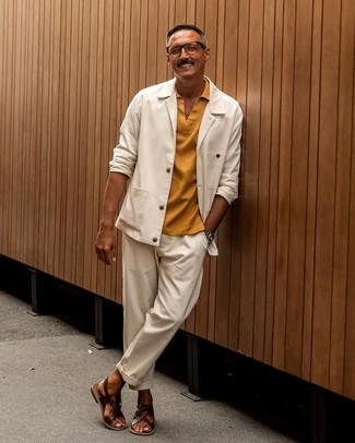 Как и с чем носить: белая куртка-рубашка, горчичная футболка-поло, белые брюки чинос, темно-коричневые кожаные сандалии