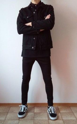 """Черная вельветовая куртка-рубашка: с чем носить и как сочетать мужчине: Тандем черной вельветовой куртки-рубашки и черных зауженных джинсов в мужском образе позволит добиться ощущения """"элегантной свободы"""". Что до обуви, черно-белые низкие кеды из плотной ткани — наиболее удачный вариант."""