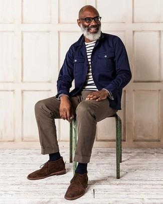 Как и с чем носить: темно-синяя куртка-рубашка, бело-черная футболка с длинным рукавом в горизонтальную полоску, коричневые брюки чинос, темно-коричневые замшевые ботинки дезерты