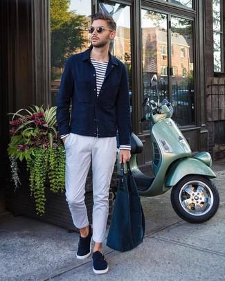 Как и с чем носить: темно-синяя куртка-рубашка, бело-темно-синяя футболка с длинным рукавом в горизонтальную полоску, белые брюки чинос, темно-синие замшевые монки с двумя ремешками