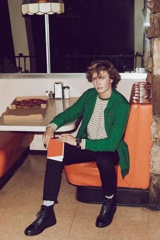 Как и с чем носить: зеленая куртка-рубашка, бело-зеленая футболка с длинным рукавом в горизонтальную полоску, черные брюки чинос, черные кожаные повседневные ботинки