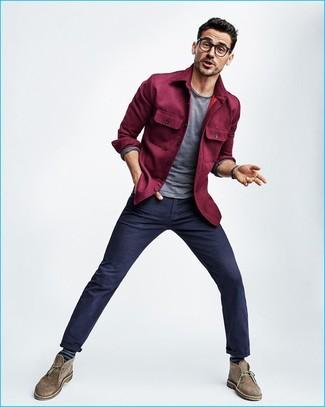 Как и с чем носить: пурпурная куртка-рубашка, серая футболка с длинным рукавом, темно-синие брюки чинос, коричневые замшевые ботинки дезерты