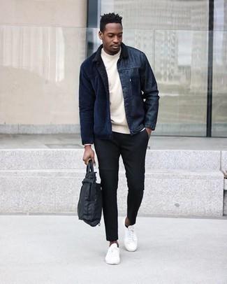 С чем носить черный нейлоновый портфель в теплую погоду: Такое лаконичное и комфортное сочетание базовых вещей, как темно-синяя вельветовая куртка-рубашка и черный нейлоновый портфель, придется по вкусу молодым людям, которые любят проводить дни активно. И почему бы не привнести в повседневный лук немного эффектности с помощью белых низких кед из плотной ткани?