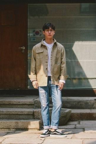 Модные мужские луки 2020 фото: Светло-коричневая куртка-рубашка в паре с голубыми рваными джинсами — превосходный вариант для создания мужского образа в стиле смарт-кэжуал. Черно-белые низкие кеды из плотной ткани — беспроигрышный вариант, чтобы закончить ансамбль.