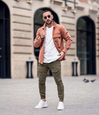 Как и с чем носить: розовая куртка-рубашка, белая футболка с круглым вырезом, оливковые брюки карго, белые кожаные низкие кеды