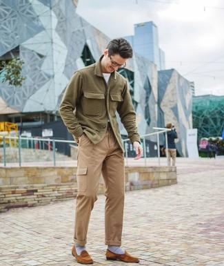 Как и с чем носить: оливковая шерстяная куртка-рубашка, белая футболка с круглым вырезом, светло-коричневые брюки карго, табачные замшевые лоферы