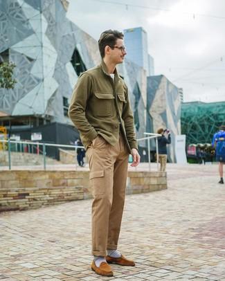 Как и с чем носить: оливковая куртка-рубашка, белая футболка с круглым вырезом, светло-коричневые брюки карго, табачные замшевые лоферы