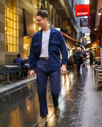 Как и с чем носить: темно-синяя куртка-рубашка, белая футболка с круглым вырезом, темно-синие брюки карго, оливковые замшевые ботинки броги