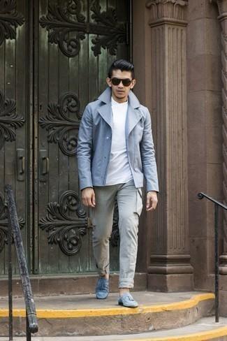 С чем носить белую футболку с круглым вырезом мужчине: Такое простое и комфортное сочетание вещей, как белая футболка с круглым вырезом и серые брюки карго, понравится джентльменам, которые любят проводить дни в постоянном движении. Любители экспериментов могут закончить лук голубыми замшевыми лоферами с кисточками, тем самым добавив в него толику классики.