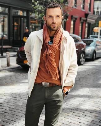 Как и с чем носить: бежевая куртка-рубашка, оранжевая футболка с круглым вырезом, оливковые брюки чинос, оранжевый шарф