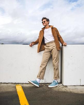 Как и с чем носить: коричневая замшевая куртка-рубашка, белая футболка с круглым вырезом, бежевые брюки чинос, голубые кожаные высокие кеды