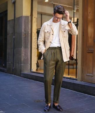Как и с чем носить: бежевая льняная куртка-рубашка, белая футболка с круглым вырезом, оливковые льняные брюки чинос, черные кожаные лоферы